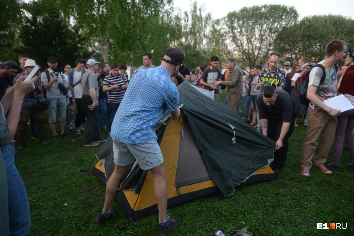 А это палатка протестующих