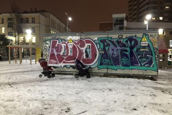 Так выглядит детская площадка во дворе дома №59 на улице Воскресенской