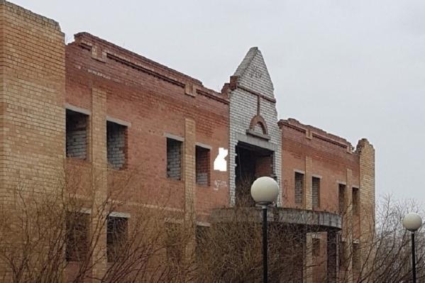 Тюменцы рассказывали, что изначально из этого здания хотели сделать общественную баню