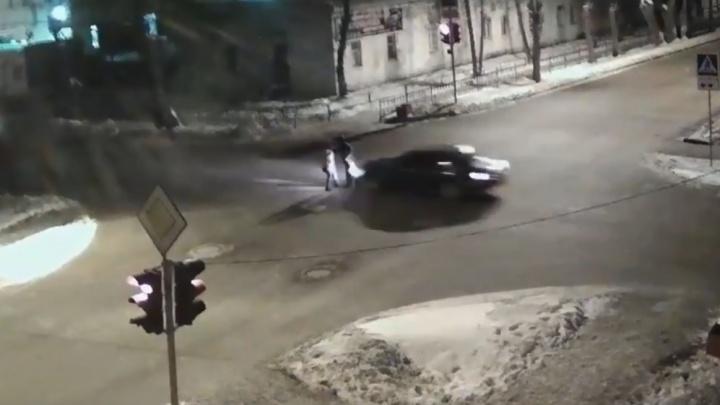 Стояли в центре перекрестка: в Стерлитамаке водитель Rover сбил двух пешеходов