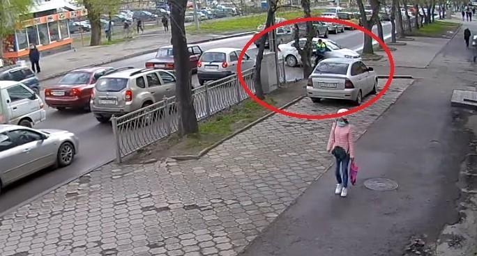 В Екатеринбурге камера наблюдения сняла, как велосипедист протаранил иномарку