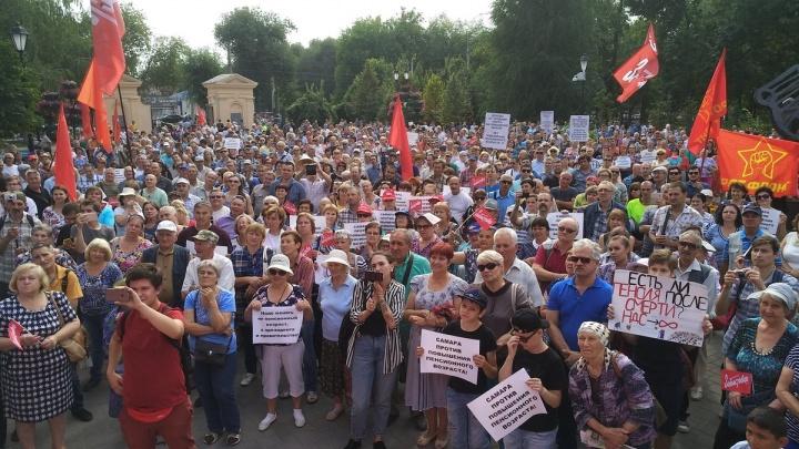 «Сходите на кладбище — умирают молодые»: в Самаре прошел митинг против пенсионной реформы