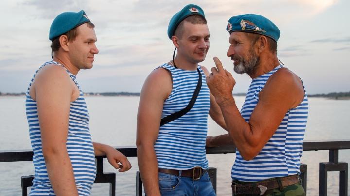 «Нам запретили лезть в фонтан и бить бутылки»: лучшие фото Дня десантника в Волгограде