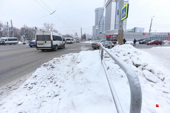 Снег вывозят, но небыстро. Даже на проспекте Ленина местами лежат сугробы<br>