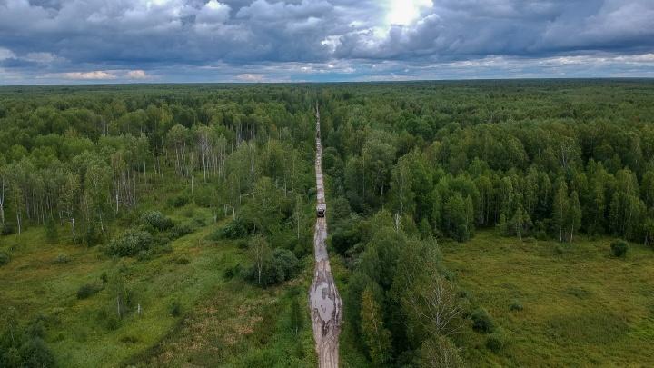«Здесь выживали, меняя вещи на еду»: латыш нашел на Урале лес, где в лагере от голода умер его дед