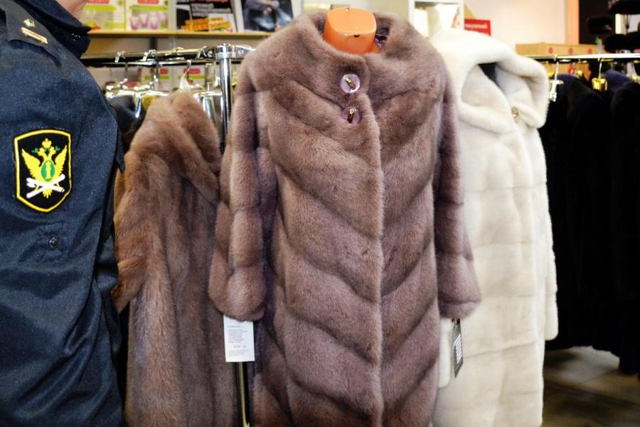 Владелец магазина верхней одежды согласился выплатить долг после ареста шуб