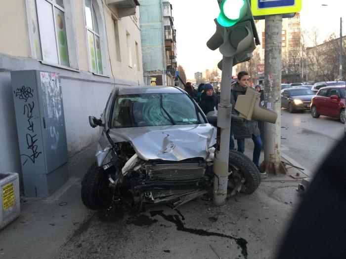 Водитель Honda сбил трёх пешеходов и врезался в столб