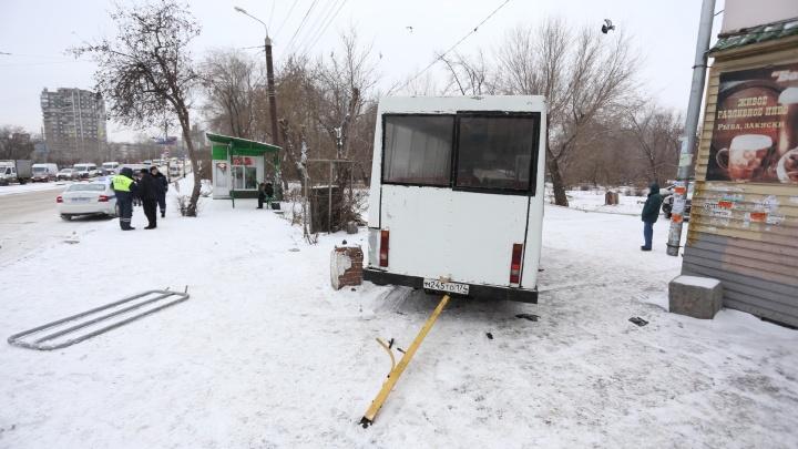 «Там очень много скорых»: в Челябинске маршрутка влетела в остановку
