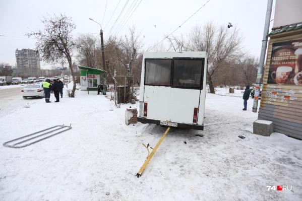 Микроавтобус поворачивал с Российской на проспект Победы в сторону центра