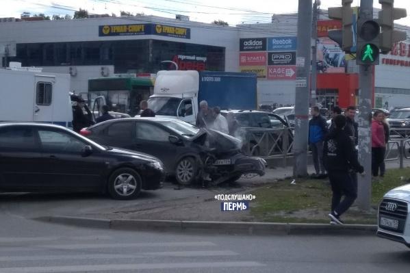 Машина отлетела на тротуар — чудом никто не пострадал