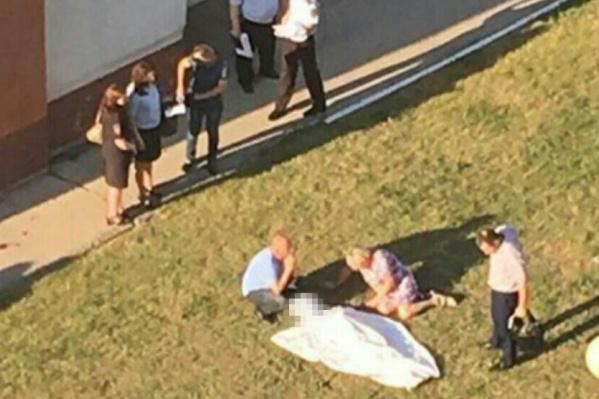Тело мальчика нашли возле многоэтажного жилого дома
