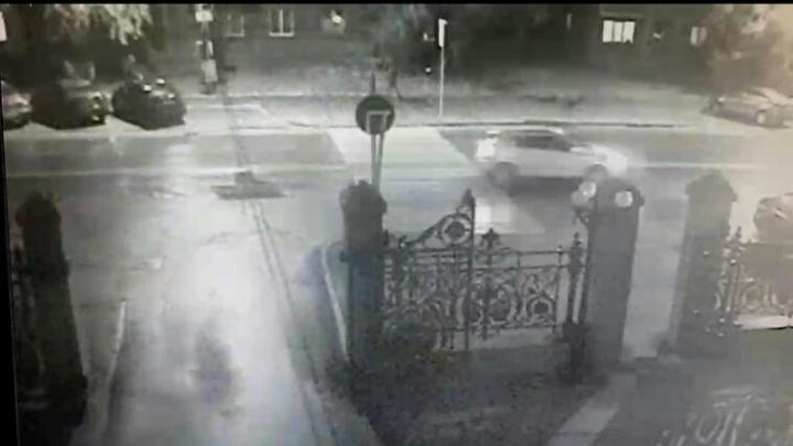 «Шла кровь и жаловался на ноги»: лихач сбил пешехода возле Минстроя в Челябинске и скрылся