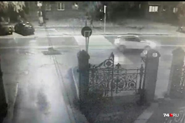 Водитель этого автомобиля на скорости пронёсся через переход, по которому шёл мужчина