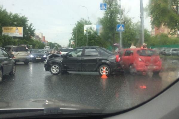 По словам водителей, из-за массовой аварии на Червишевском тракте образовалась пробка