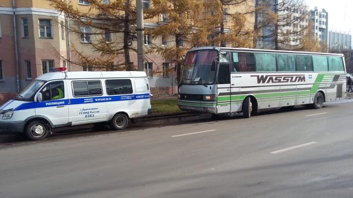 Забитый мигрантами автобус без тормозов остановили полицейские на правобережье