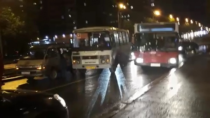 В Екатеринбурге из-за мелкого ДТП на Малышевском мосту выросла большая пробка