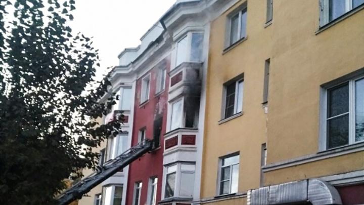 «Хозяйку увезли на скорой»: в старинной сталинке на Юности выгорели две квартиры