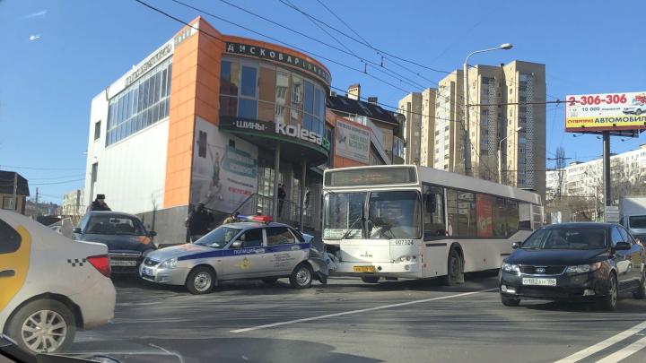 В Ростове автобус врезался в автомобиль ДПС