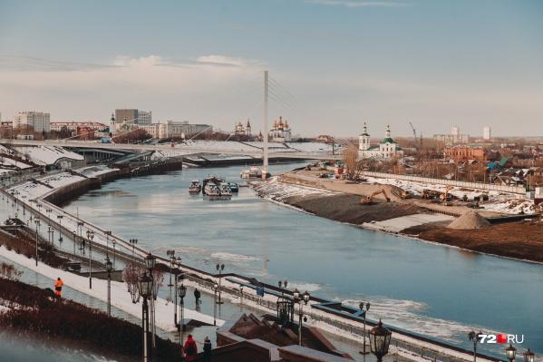"""Мост влюбленных давно является визитной карточкой нашего города. Летом 2017 года эта достопримечательность <a href=""""https://72.ru/text/gorod/66084073/"""" target=""""_blank"""" class=""""_"""">обзавелась уникальной подсветкой</a> с несколькими режимами работы. Праздничное освещение моста увидите 31 декабря, в Новый год"""