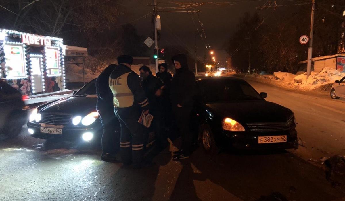 Скрывшийся с места аварии водитель чуть не врезался в людей, которые стояли на остановке