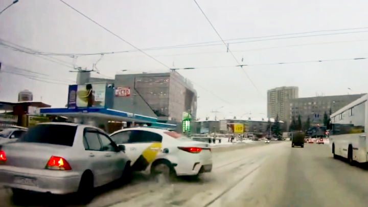 Таксист «Яндекс.Такси» выскочил на трамвайные пути — в него врезался Lancer. Ищем виновного по видео