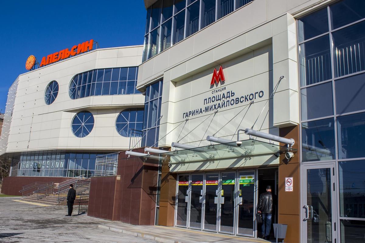 Вход в метро в здании нового торгового центра