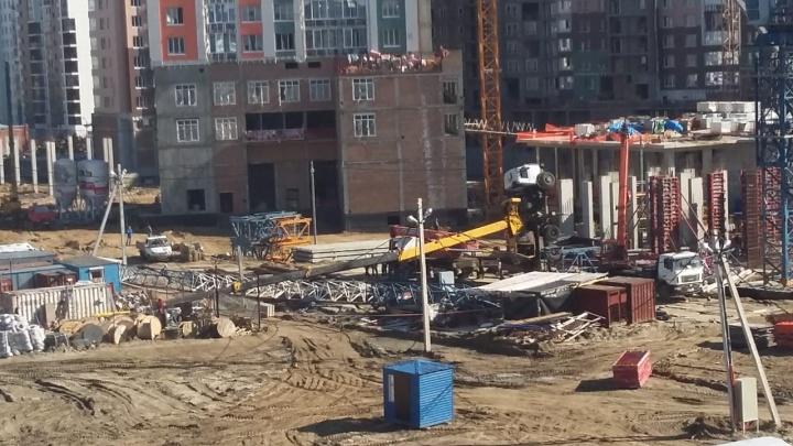 На стройке в центре Новосибирска упал автокран
