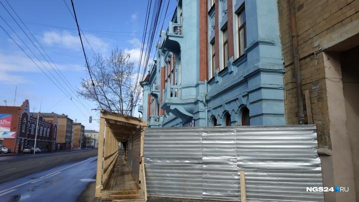 Здание Главпочтамта на Ленина обнесли высоким забором