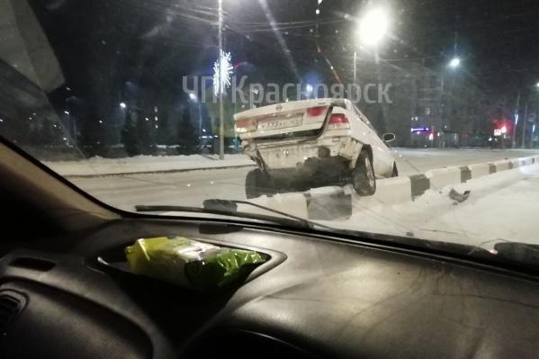 Автомобиль повис прямо на отбойнике