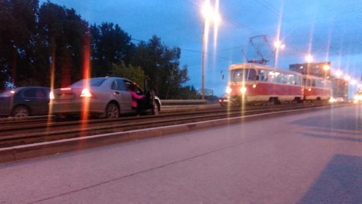 На Малышевском мосту из-за застрявшей на путях машины снова встали трамваи