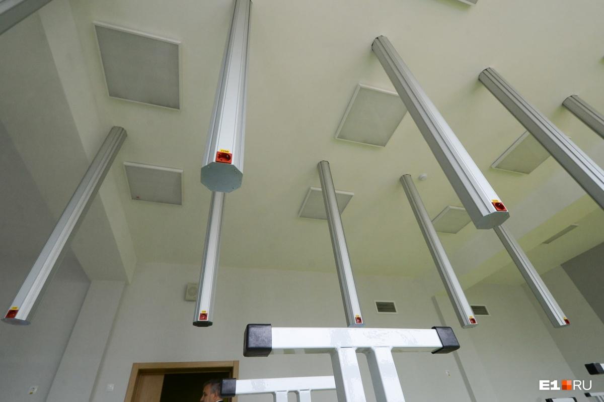 В панелях, которые спускаются с потолка, размещены розетки