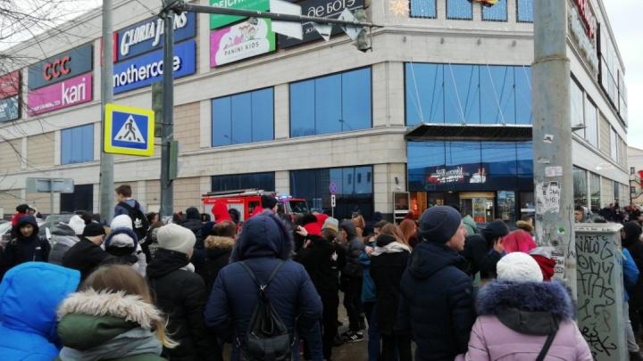 «У нас там одежда, отдайте!»: эвакуированные посетители «Ауры» потребовали пустить их внутрь