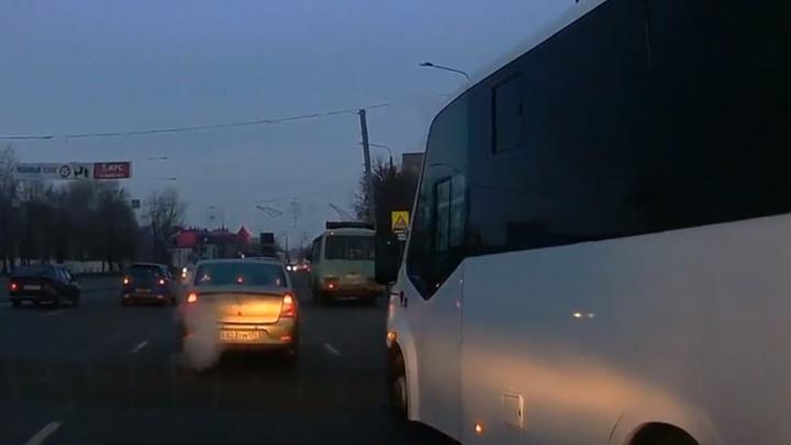 Лови маршрутку: смотрим подборку лобовых атак и аварий с общественным транспортом в Челябинске