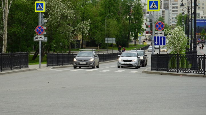 Ездят по встречке: за неделю водители так и не привыкли к двусторонке за Дворцом молодёжи