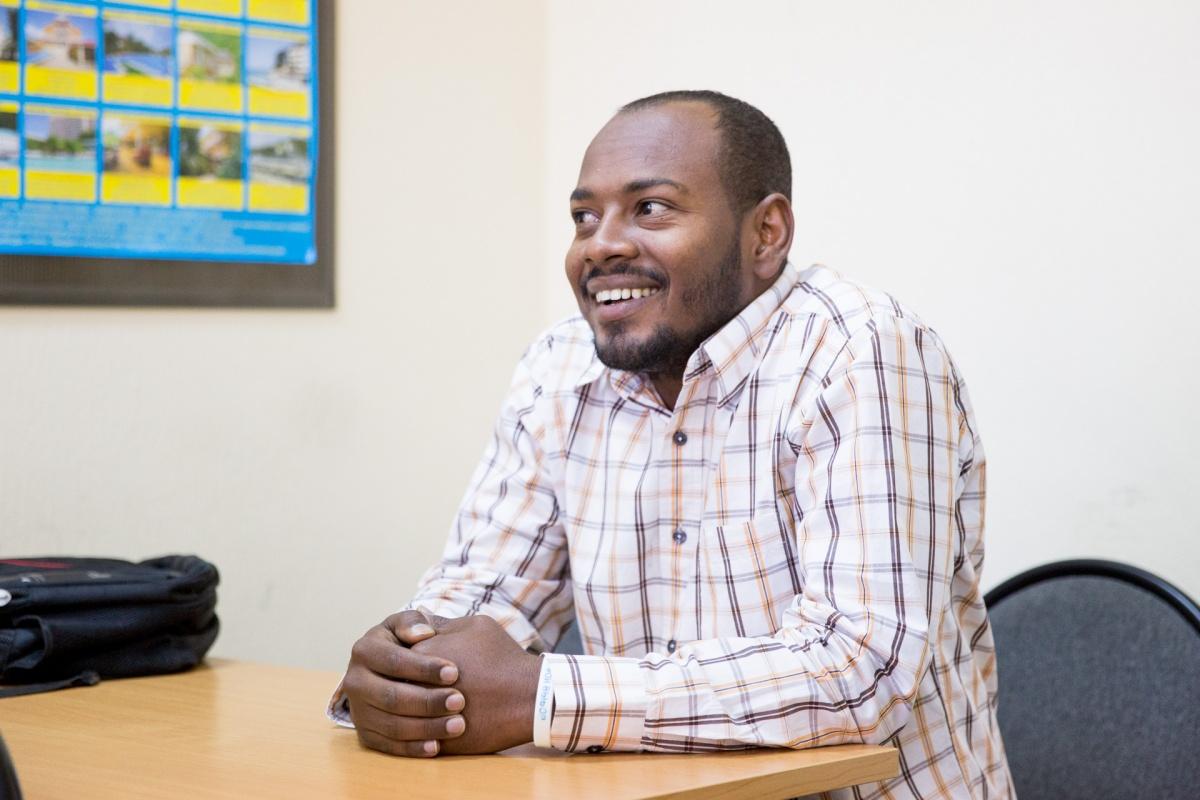 Алагер изучал машиностроение в Судане. Хочет работать в России