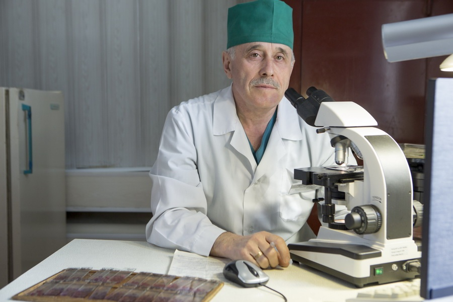 Врач-патологоанатом Тогучинской ЦРБ Вениамин Микашевский. В этой же больнице его брат работает хирургом, а отец был в свое время здесь главврачом