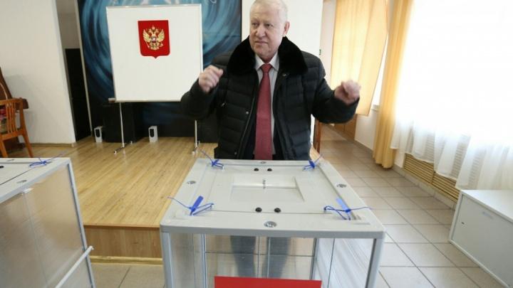 «Танцующий» мэр, беременные в очереди и спящий наблюдатель: выборы в Челябинске в 15 фотографиях