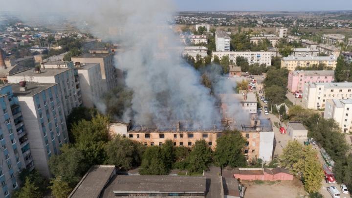 В Волгограде сняли с высоты пожар в общежитии: видео