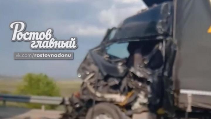 Столкнулись «паровозиком»: рядом с Каменском-Шахтинским произошло ДТП с фурами