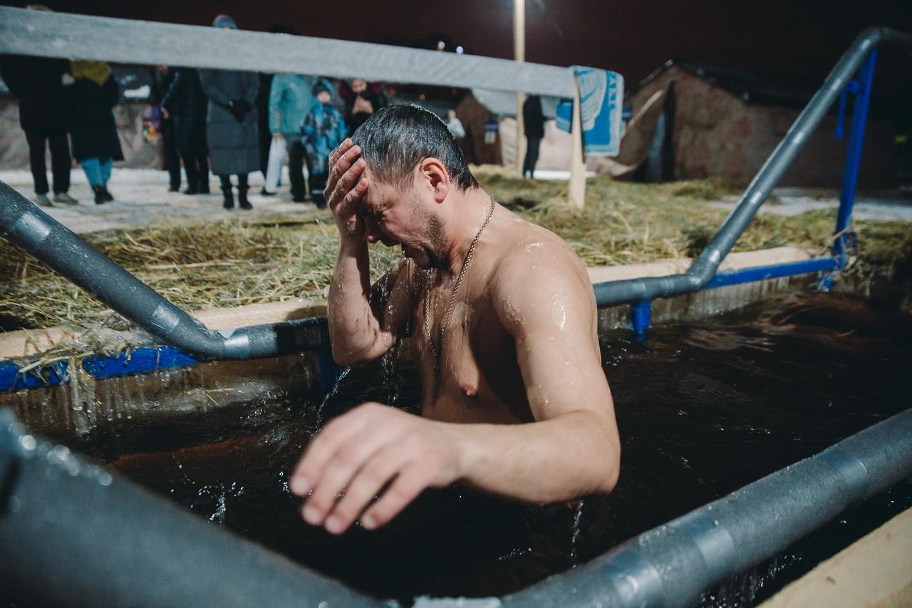Кто-то входит воду и просит для себя и близких здоровья, кто-то надеется смыть грехи. Но есть тюменцы, которые открыто признались: купание в реке в январе для них — это закаливание