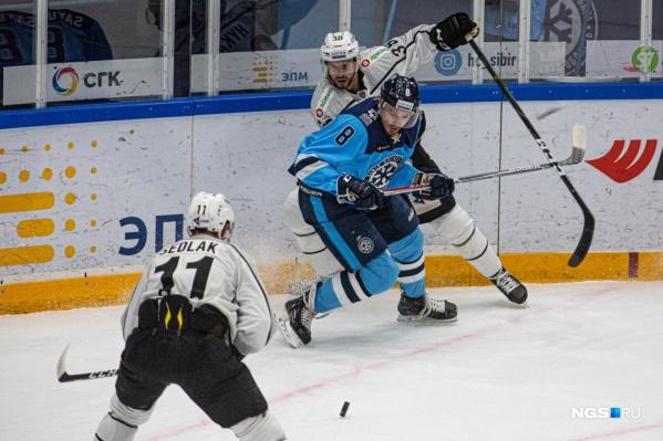 В первом периоде на десятой минуте первую шайбу забил защитник «Сибири» Александр Логинов