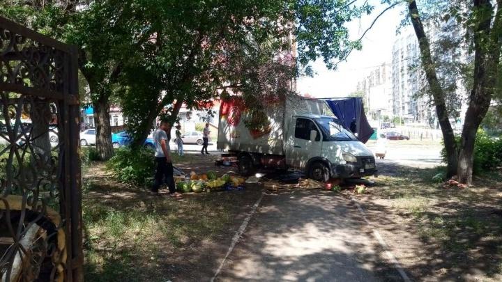 На Дыбенко «Газель» наехал на торговую точку с арбузами