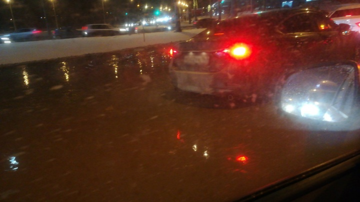 «Хороший будет каток!»: на кольце Авроры и Московского шоссе сфотографировали потоп