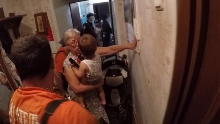 Ярославские спасатели влезли через окно в квартиру, в которой заперли малыша