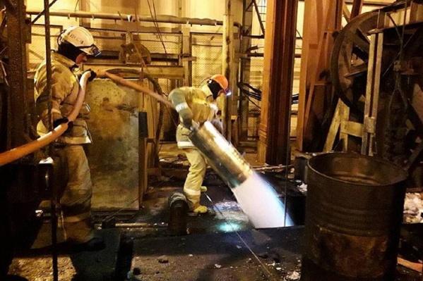 Спасатели продолжают тушить шахтный ствол, но, по словам Максима Решетникова, шансов на спасение людей нет