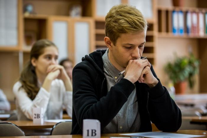 Выпускники за несколько минут до старта экзамена