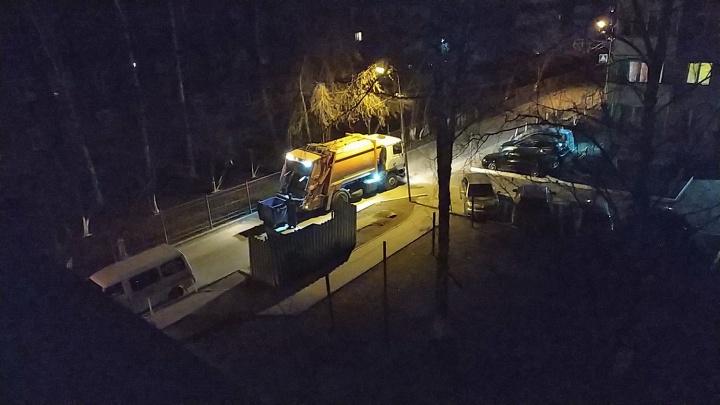 В Новосибирске появился ночной мусоровоз, который громко скрипит в стиле техно