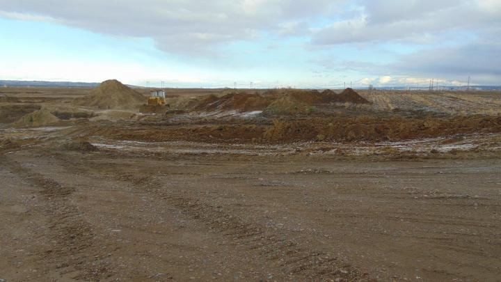 На полях по дороге в Сосновоборск ради гравия сняли 8 метров плодородной земли