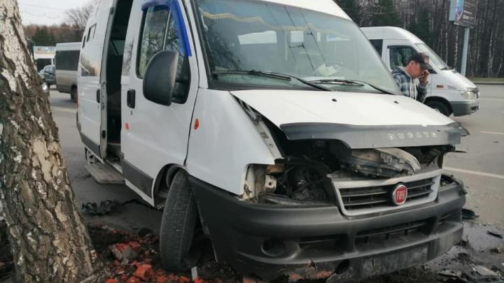 На проспекте Октября в Уфе перевернулась маршрутка с пассажирами, есть пострадавшие