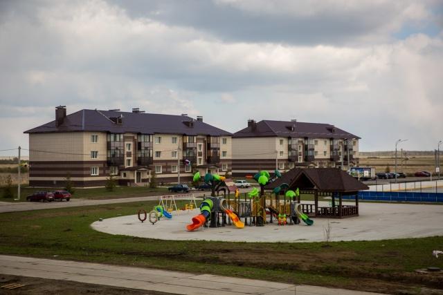 В микрорайоне огромный двор с современным детским комплексом, хоккейной площадкой и площадью с беседкой для праздников — такому даже новосибирские ЖК могут позавидовать